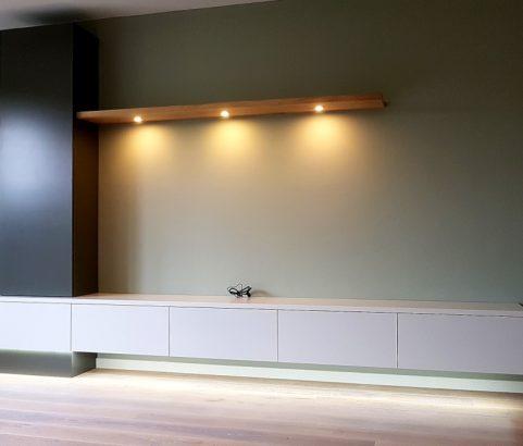 Zwevend dressoir met eiken plank en vitrinekast