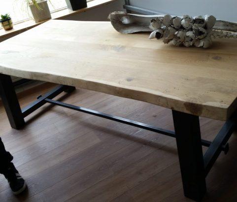 Eettafel met eikenhouten blad en zwart metalen onderstel