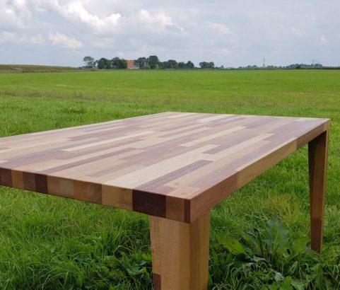 Stoere, eikenhouten tafel