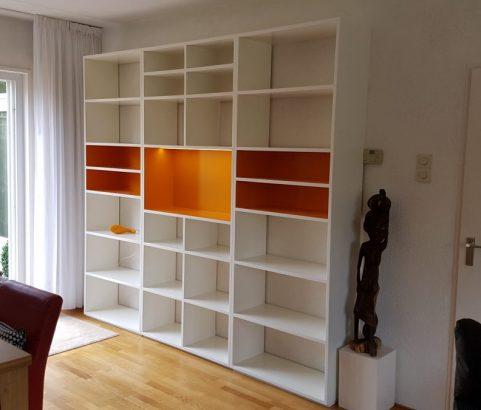 Witte boekenkast met oranje accentkleuren