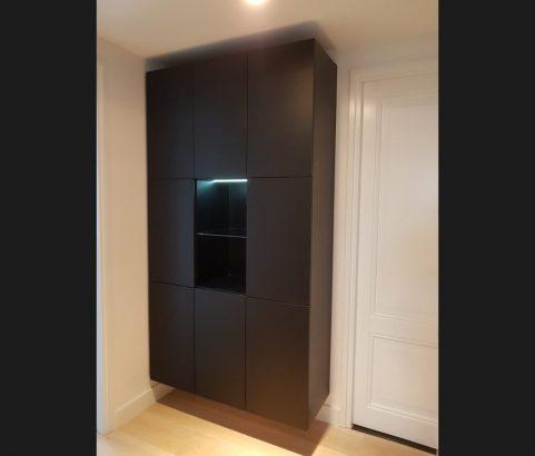 Zwarte wandkast met ledverlichting